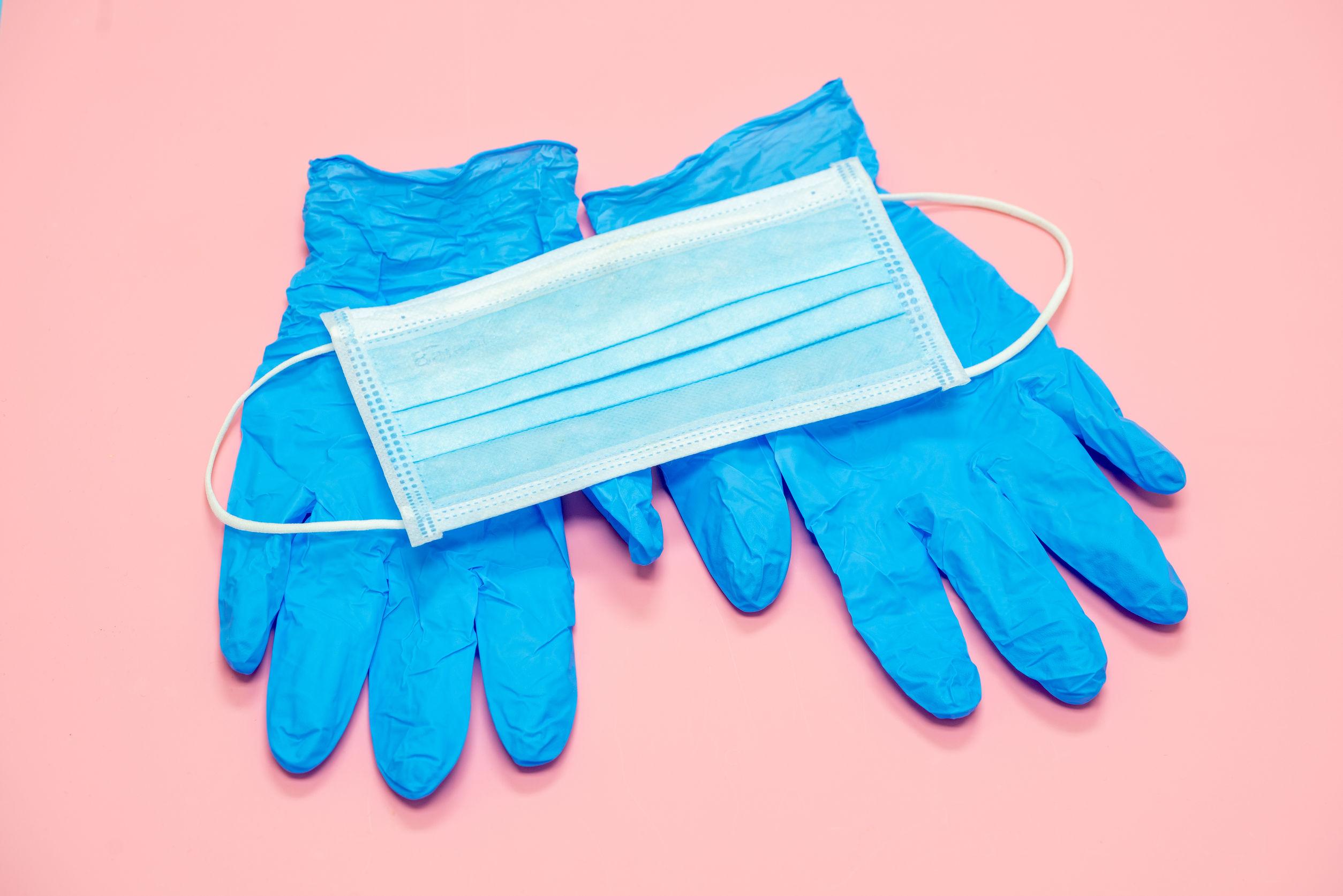 Las mascarillas y guantes protectores contra la COVID-19 pueden ser un peligro si no se desechan correctamente